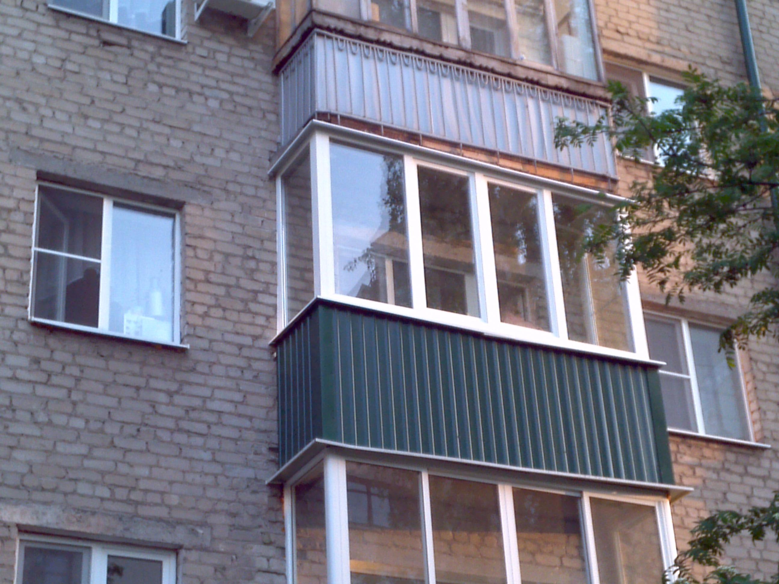 Остекление балкона алюминиевым профилем коричневый цвет..