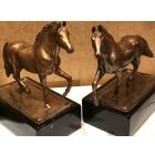 Парные бронзовые лошади на фарфоровом постаменте