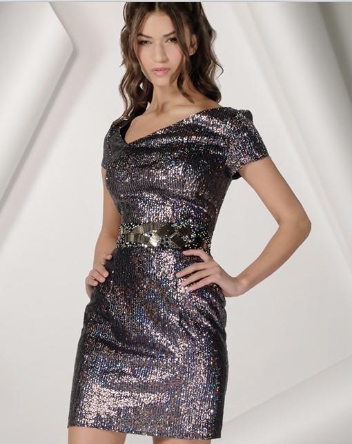 Сравнить. Блестящее черное короткое платье. V-образный ассиметричный выре